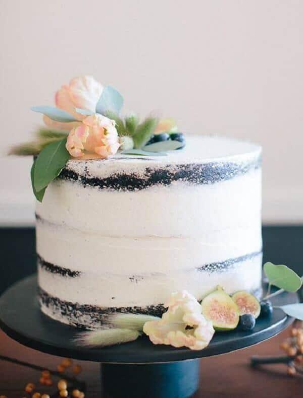 Pequeno bolo de noivado rústico