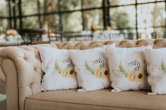 Recepção de convidados com almofadas de girassois