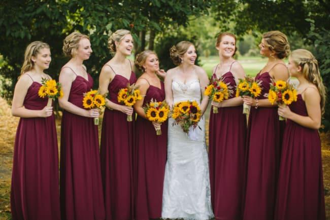Vestido marsala combinado às flores de girassol