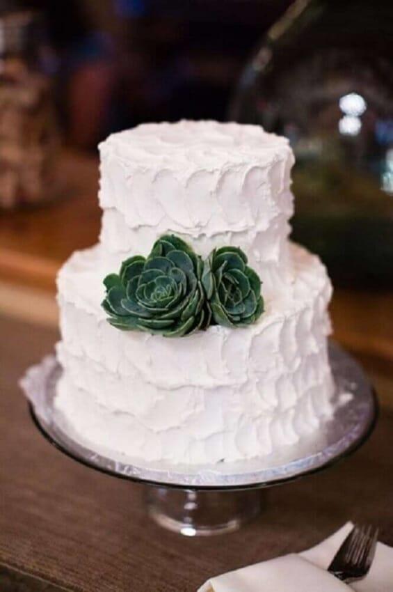 dica de bolo com 2 andares com suculentas para noivado