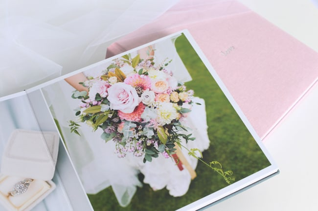 Álbum de casamento com foto de buquê24