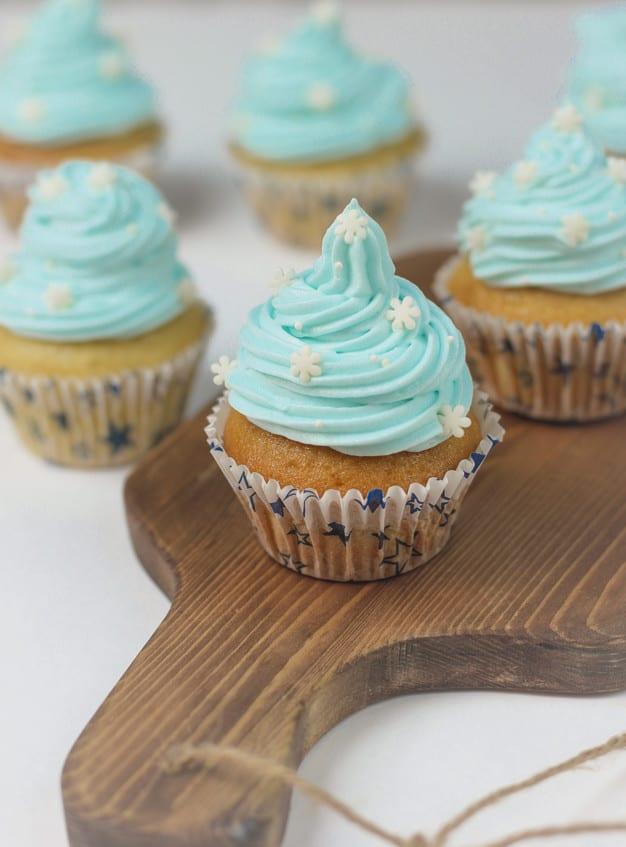 cupcake azul com confeitos brancos