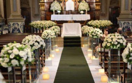 casamento na igreja decorado com rosas brancas