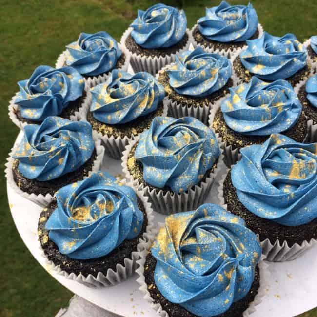 cupcake azul claro com dourado