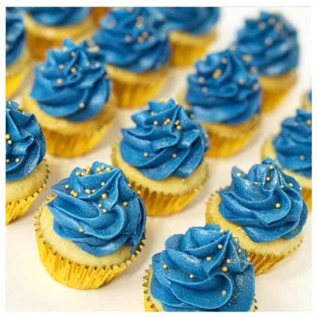 cupcake azul com confeitos dourados