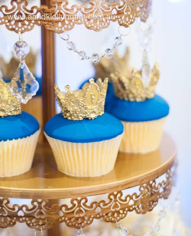 cupcake azul escuro e dourado