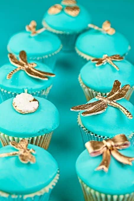 cupcake azul turquesa e dourado