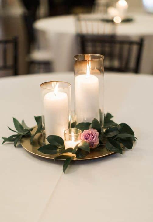 arranjo com vela e flor para casamento simples