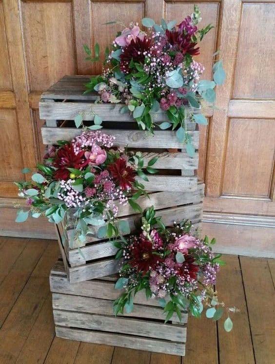 decoração de casamento rústico com caixotes e flores
