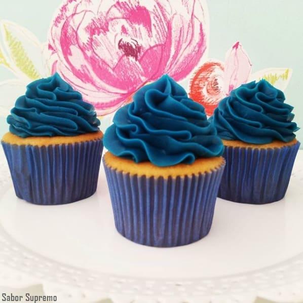 cupcake decorado em azul marinho