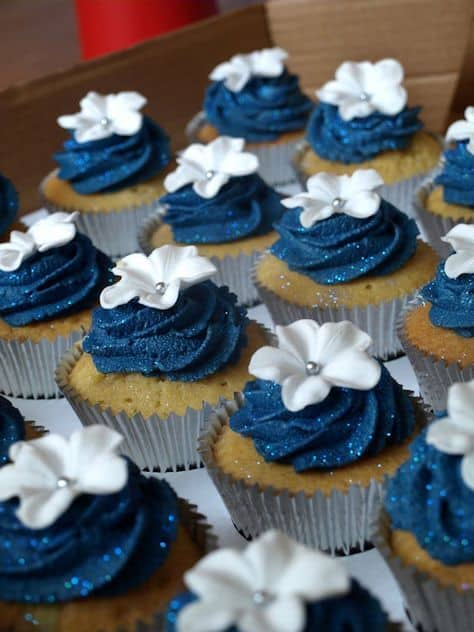 cupcake decorado em azul marinho e com glitter