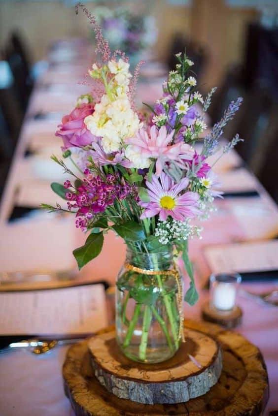 arranjo de casamento rústico com flores do campo
