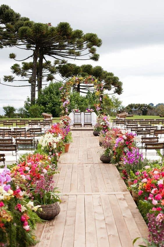 casamento ao ar livre decorado com flores do campo