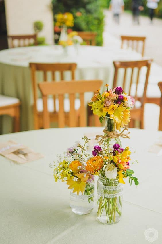 casamento simples decorado com arranjos de flores do campo