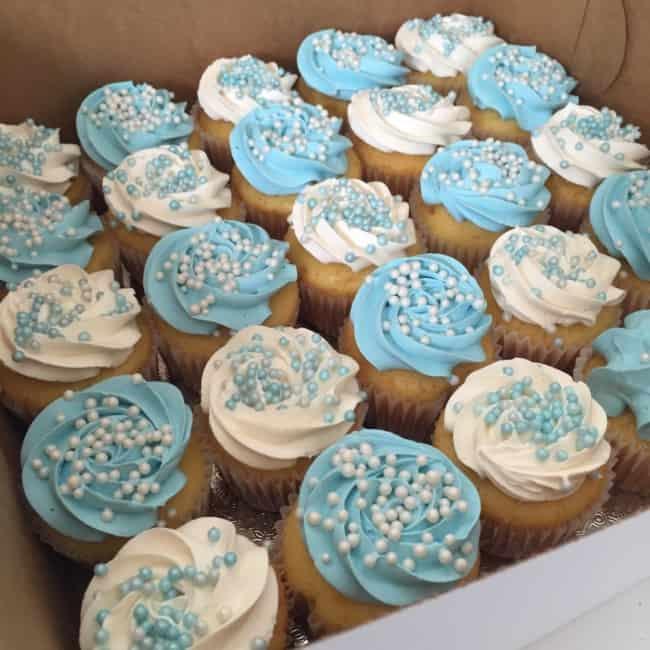 cupcakes decorados em azul e branco