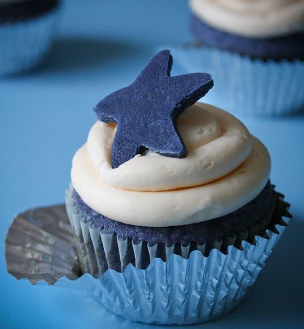 cupcake com bolo azul e cobertura branca