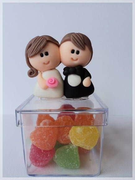 caixinha de acrílico decorada em biscuit com casal de noivinhos