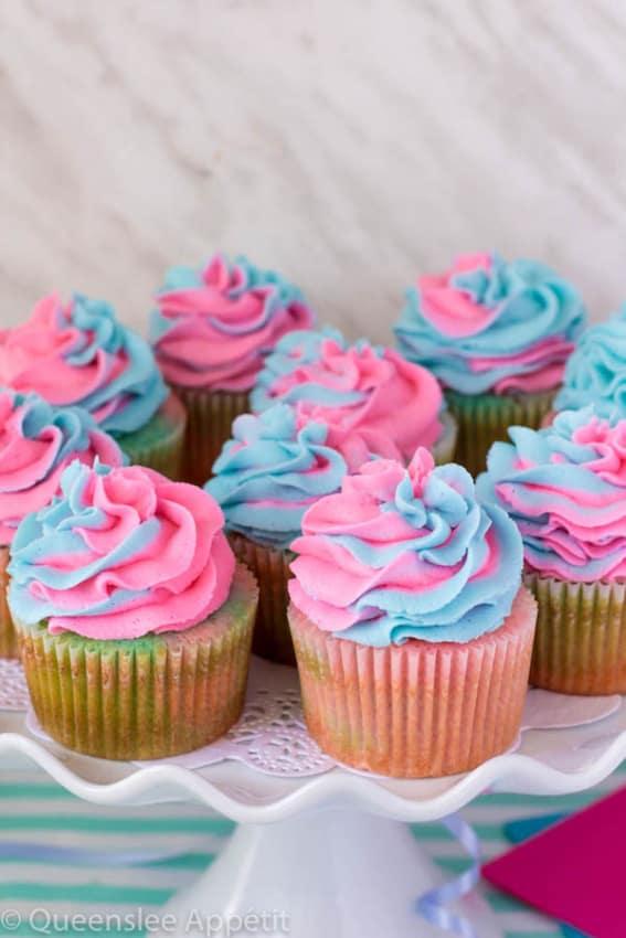 cupcake com cobertura azul e rosa