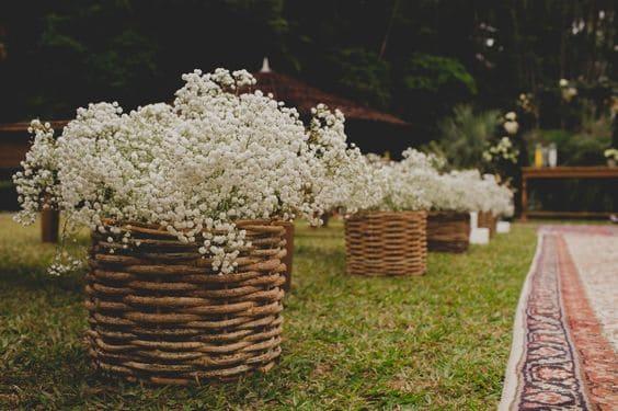 decoração com flores para cerimônia de casamento ao ar livre