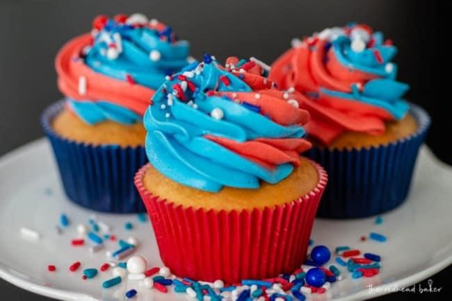 cupcake decorado em azul e vermelho