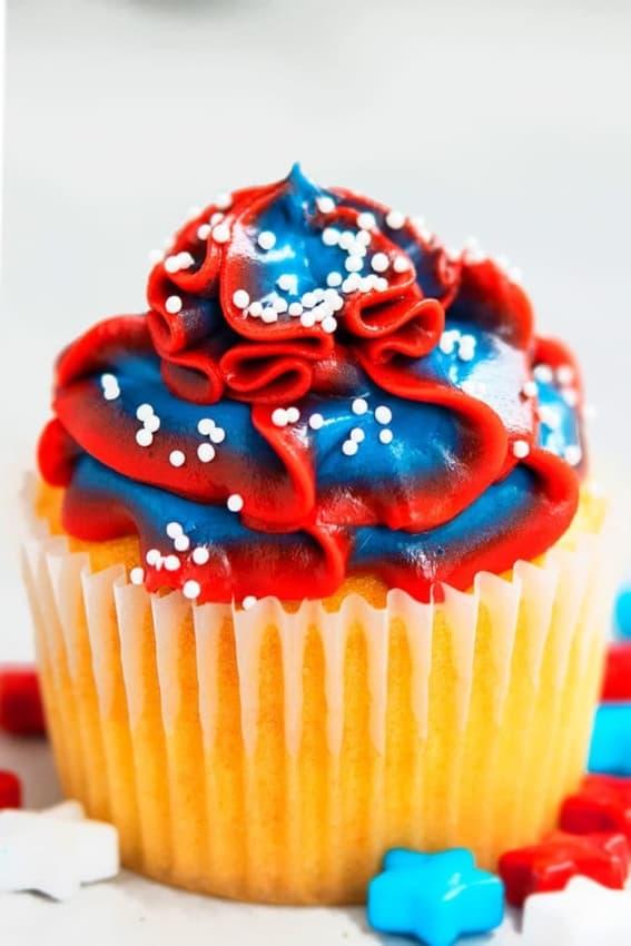 cupcake com cobertura azul e vermelha