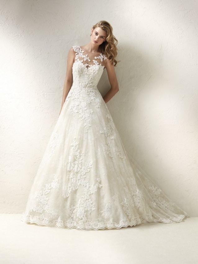 A renda e transparência deixam o vestido de noiva evasê mais romântico
