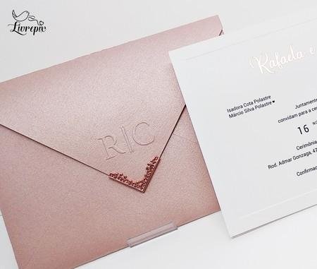 Convite de casamento em papel metálica curious rosa17