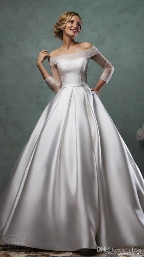 Decote ombro a ombro em vestido de noiva evasê de cetim