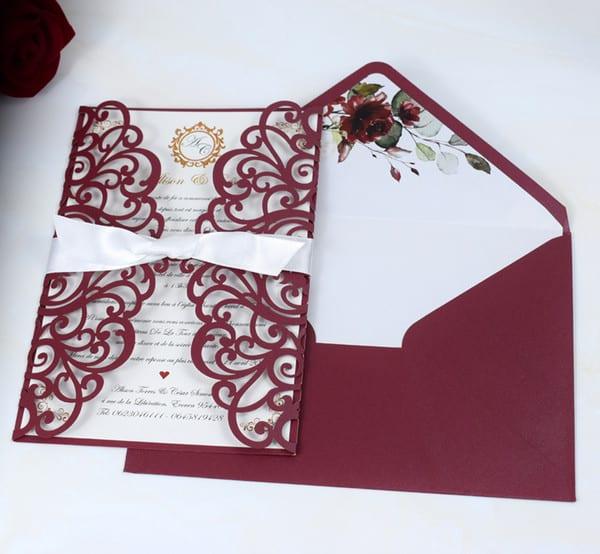 Duas opções de envelopes marsala