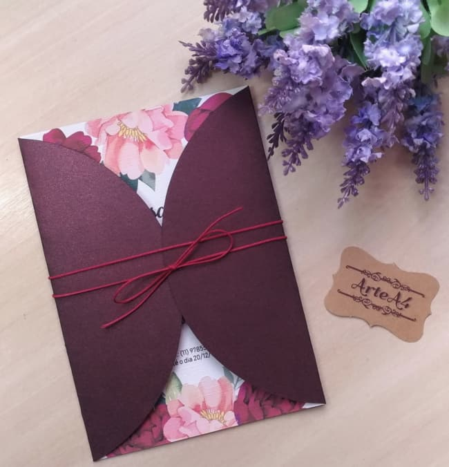 Envelope marsala para convite floral de casamento