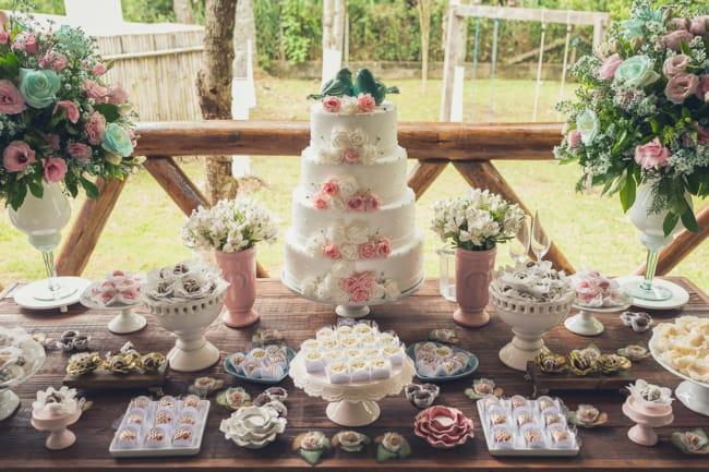 Mesa do bolo e doces para casamentos de dia