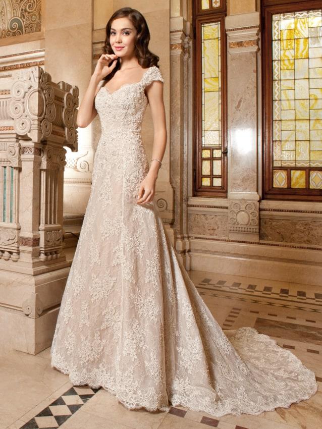Modelo de vestido de noiva off white evasê