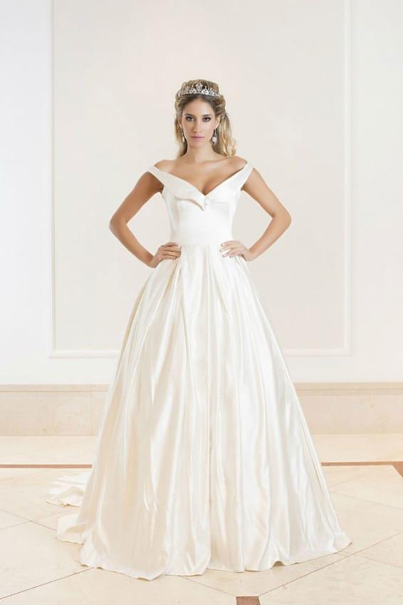 Noiva com vestido evasê de cetim