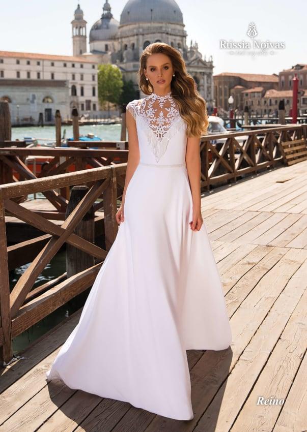 O detalhe de renda dá charme ao vestido de noiva em cetim