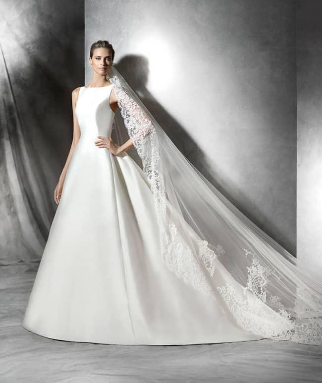 Vestido de noiva estruturado de cetim com véu rendado