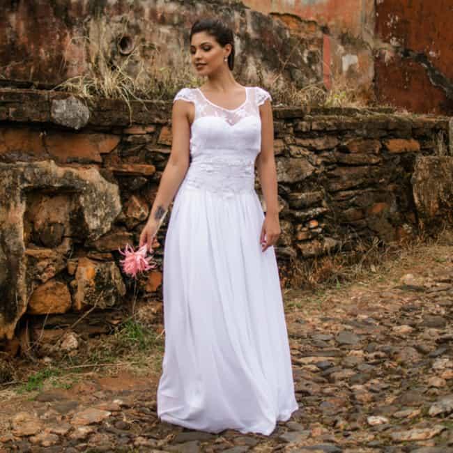 Vestido de noiva evasê com caimento fluido ajuda as baixinhas