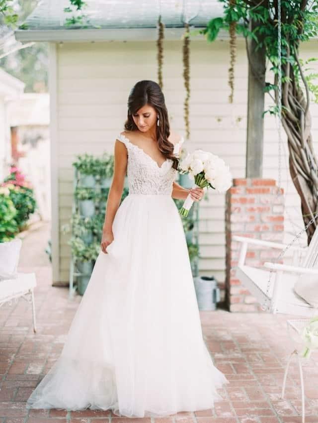 Vestido de noiva evasê com renda somente no busto