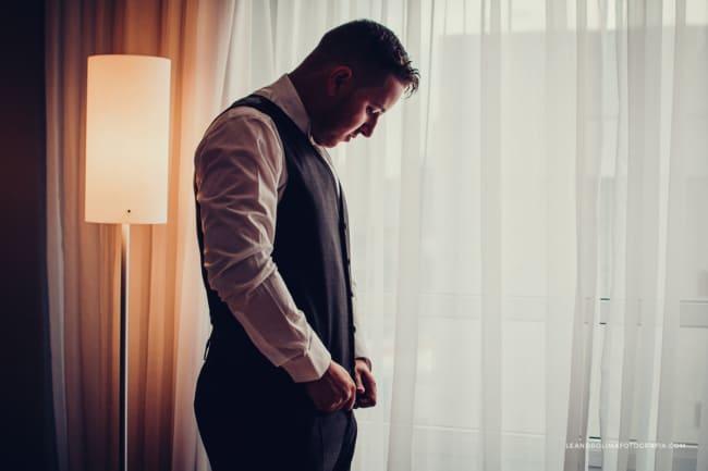foto de making of do noivo em hotel