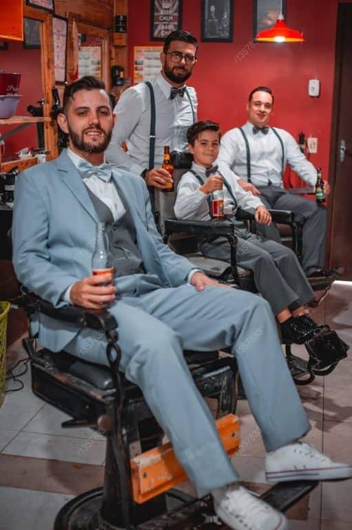 fotos e imagens de making of do noivo na barbearia