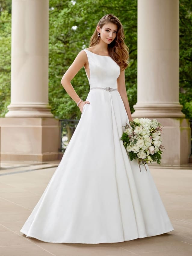 o vestido de cetim é ideal para noivas discretas