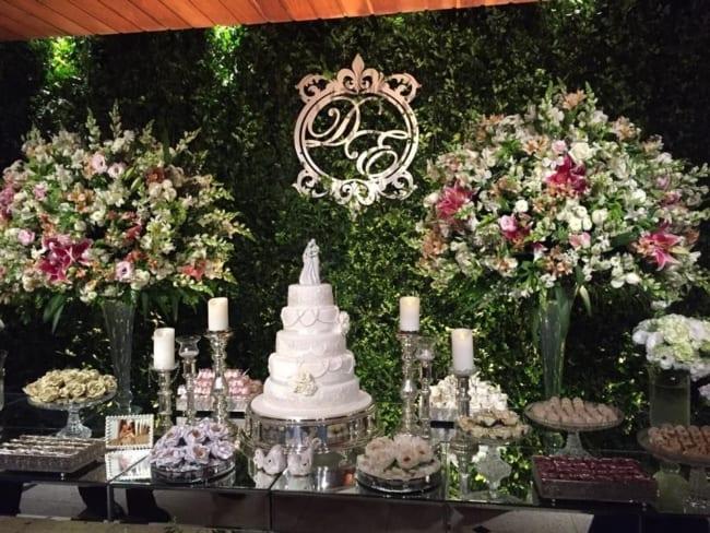 Brasão de casamento na mesa