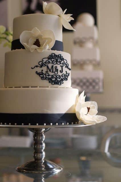 Brasão de casamento no bolo de três andares