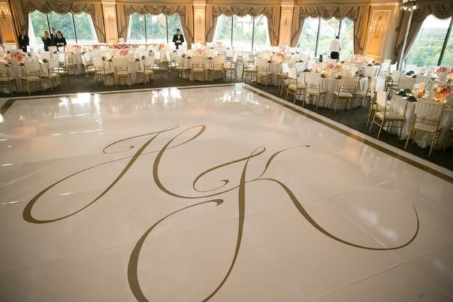 Brasão de casamento no chão da pista