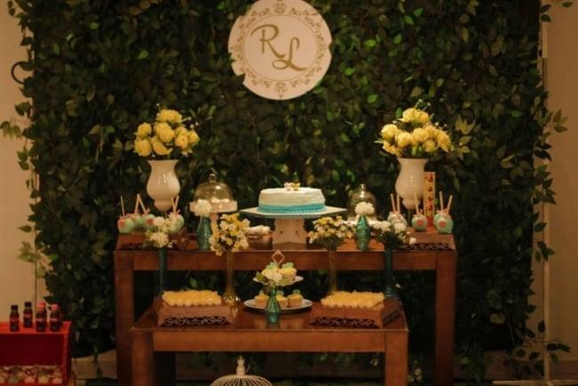 Brasão de casamento no painel da mesa