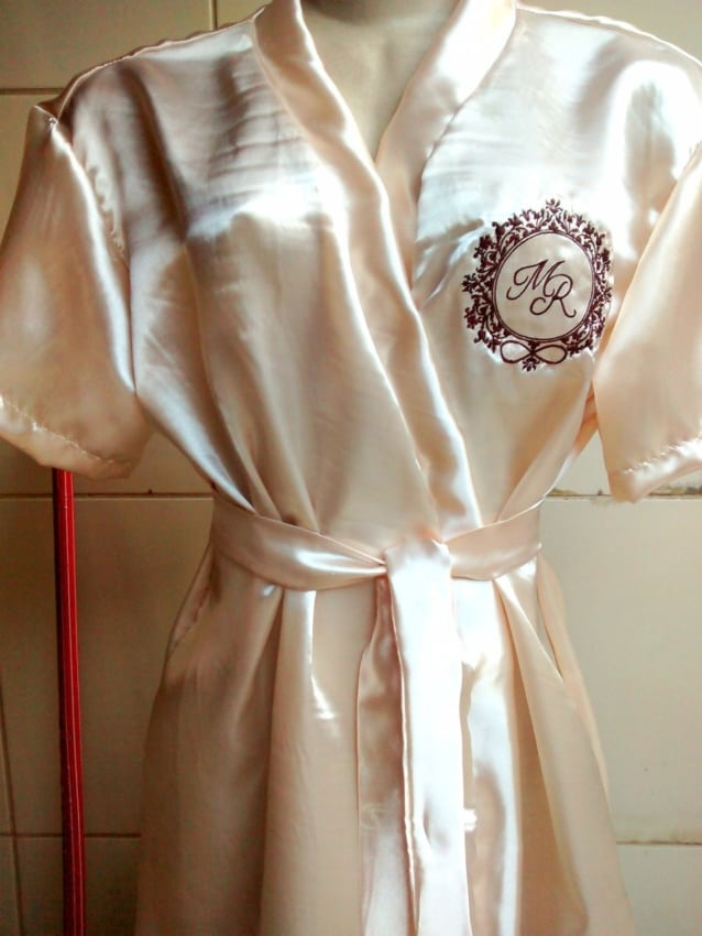 Brasão no robe da noiva