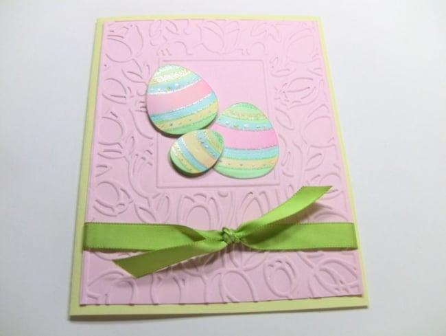 Cartão de páscoa artesanal com ovos coloridos