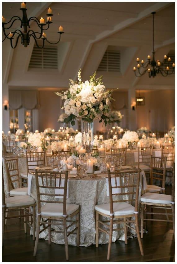 Casamento dos sonhos decorado com as cores branco e dourado1