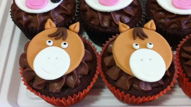 Cupcake fazendinha com cavalinhos
