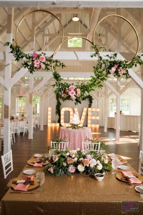 Festa de casamento dos sonhos com decoração acos floridos no teto5