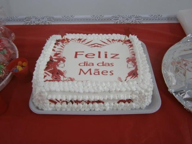Homenagem para o dia das mães bolo confeitado branco e vermelho
